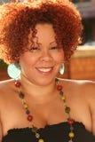 Plusgrößen-Frau mit dem roten Haar und den hellen Schmucksachen Lizenzfreie Stockfotografie