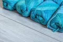 Plusieurs écheveaux de fil de laine bleu Photos libres de droits
