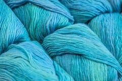 Plusieurs écheveaux de fil de laine bleu Photo libre de droits