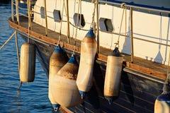 Plusieurs amortisseur sur un bateau en bois Image stock