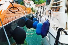 Plusieurs amortisseurs de flotteurs de bleu Photo libre de droits