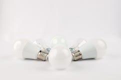 Plusieurs ampoules économiseuses d'énergie de LED au-dessus du vieil incandescent, d'utilisation de lumière économique et favorab photo libre de droits