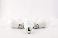 Plusieurs ampoules économiseuses d'énergie de LED au-dessus du vieil incandescent, d'utilisation de lumière économique et favorab images stock