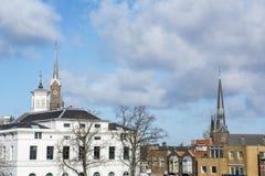 Plusieurs bâtiments avec deux flèches en Hollande pendant le jour Photographie stock