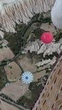 Plusieurs ballons à air chauds volant sous l'un l'autre images stock
