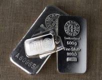 Plusieurs barres argentées de différents poids ont produit à l'usine suisse Argor-Heraeus et à d'autres fabricants image stock