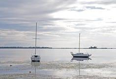 Plusieurs bateaux échoués dans la marée basse Image stock