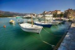 Plusieurs bateaux dans Budva Photos stock