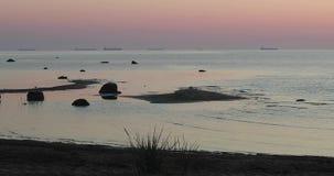 Plusieurs bateaux dans la baie le soir clips vidéos