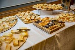 Plusieurs beaux sandwichs et canapes sur la table de banquet photographie stock
