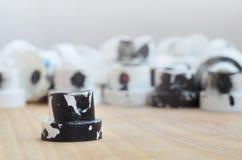 Plusieurs becs de plastique d'un pulvérisateur de peinture qui se trouvent sur une surface en bois sur un fond gris de mur Les ch Photo libre de droits