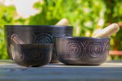 Plusieurs belles cuvettes de chant de Tibétain photographie stock libre de droits