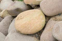 Plusieurs belles pierres lisses rondes sur le bord de la mer photographie stock