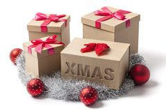 Plusieurs boîte-cadeau de Noël sur le blanc Images libres de droits