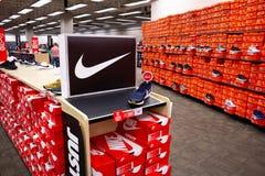 Plusieurs bo?tes ? chaussures de Nike photos libres de droits