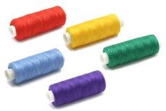 Plusieurs bobines colorées de fil Photographie stock