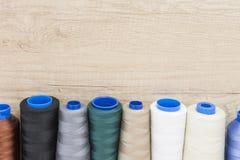 Plusieurs bobines du fil de différentes couleurs et tailles Image libre de droits