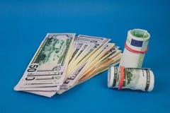 plusieurs bouchons de l'argent de différentes devises sur un fond bleu photographie stock