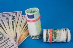 plusieurs bouchons de l'argent de diff?rentes devises sur un fond bleu photos libres de droits