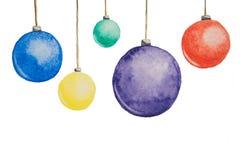 Plusieurs boules multicolores de Noël peintes avec des aquarelles accrochant dans des fils sur un fond blanc Photos stock