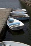 Plusieurs canoës attachés à un pilier photos stock