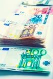 Plusieurs centaines d'euro billets de banque empilés par valeur Images stock