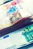 Plusieurs centaines d'euro billets de banque empilés par valeur Images libres de droits