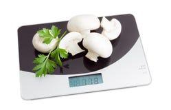 Plusieurs champignon de champignon de paris sur l'échelle numérique de cuisine Images libres de droits