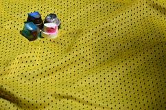Plusieurs chapeaux pour les pulvérisateurs utilisés de peinture d'aérosol se trouvent sur la chemise de sports d'un joueur de bas Images libres de droits