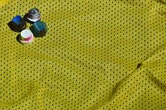 Plusieurs chapeaux pour les pulvérisateurs utilisés de peinture d'aérosol se trouvent sur la chemise de sports d'un joueur de bas Photographie stock