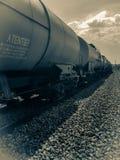 Plusieurs chariots de fret postés sur le rail Photos stock
