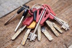 Plusieurs clés sur le fond en bois Photographie stock libre de droits