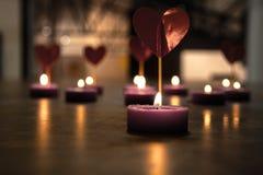 Plusieurs coeurs et bougies rouges Concept de l'amour Image stock
