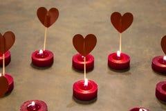 Plusieurs coeurs et bougies rouges Concept de l'amour Images stock