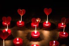 Plusieurs coeurs et bougies rouges Concept de l'amour Photo stock