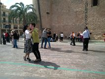 Plusieurs couples de danse dansant le tango ? une place c?l?bre de ville d'Elche dans Alicante, Espagne images libres de droits