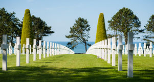 Plusieurs croix dans un cimetière militaire en Normandie, avec la Manche à l'arrière-plan Images libres de droits