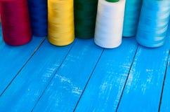 Plusieurs de bobines colorées de fil pour la couture et la broderie Photo libre de droits