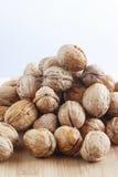 Plusieurs de noix sur la table Photographie stock