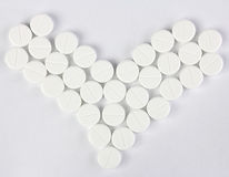 Plusieurs de pilules rondes sous la forme de coeur Photo stock