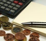 Plusieurs euro argent et calculatrice Photographie stock