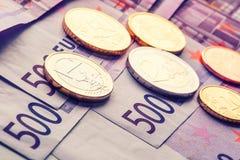 Plusieurs 500 euro billets de banque et pièces de monnaie sont adjacents photo symbolique pour la richesse Images libres de droits
