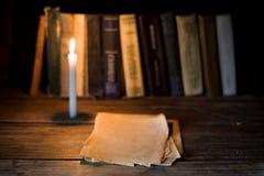 Plusieurs feuille de papiers blancs se trouve sur une table en bois Image stock