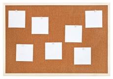 Plusieurs feuilles de papier sur le liège de bulletin embarquent Images libres de droits