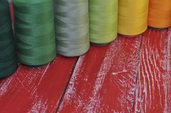 Plusieurs fils de vert pour coudre, broderie, couture Photos libres de droits