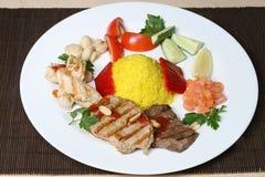 Plusieurs genres de viande avec du riz et des légumes Image libre de droits