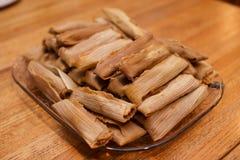 Plusieurs groupe de tamales cuites à la vapeur fraîches avec des cosses Images stock
