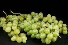 Plusieurs groupes de raisins de table d'isolement sur le fond noir Photographie stock libre de droits