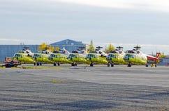 Plusieurs hélicoptères se sont garés à l'aéroport pour des réparations photo libre de droits