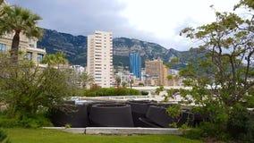 Plusieurs hôtels à l'arrière-plan des montagnes, logement de location dans la station de vacances banque de vidéos